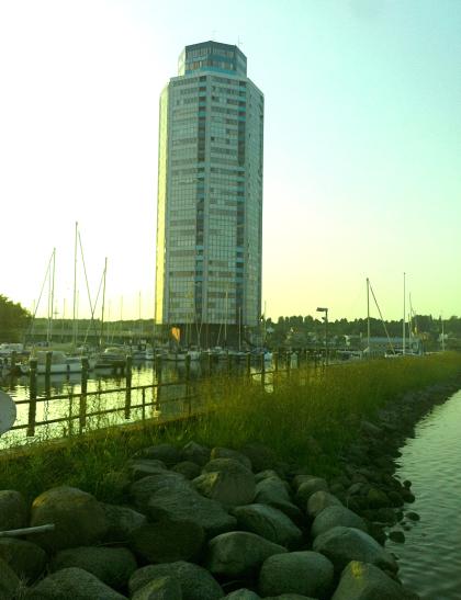 Blick auf den Wikingturm - von der Hafen-Mole
