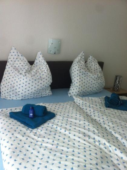 bequemes Bett im Schlafzimmmer
